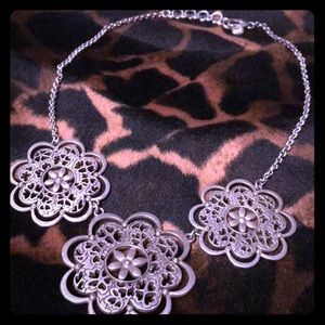🌸 Silver Flower Necklace w/ rhinestones
